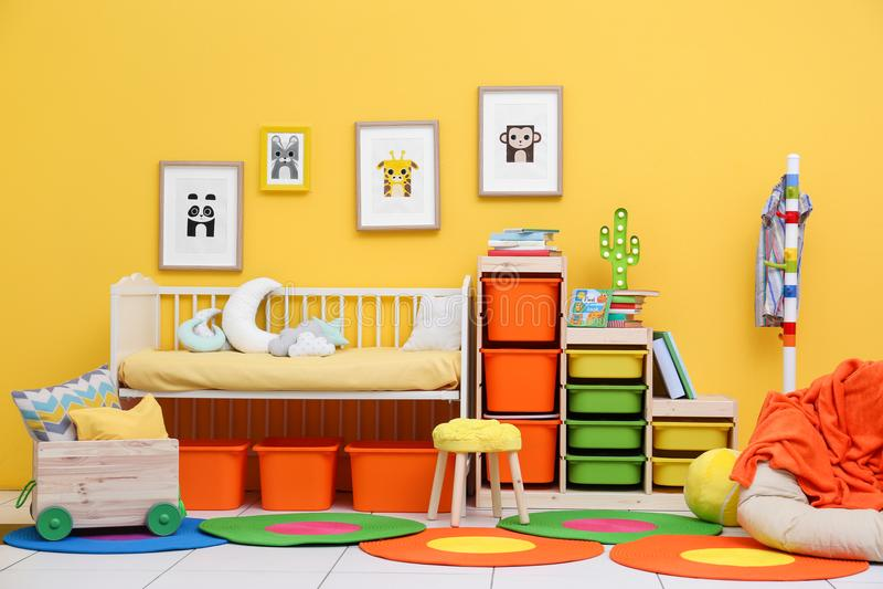 Dormitorio del bebé con las imágenes de animales imágenes de archivo libres de regalías