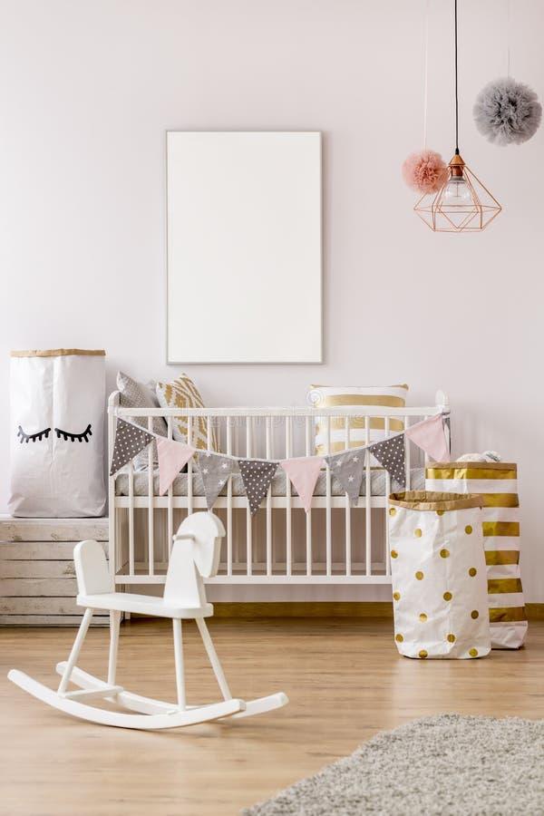 Dormitorio del bebé en estilo escandinavo imagenes de archivo