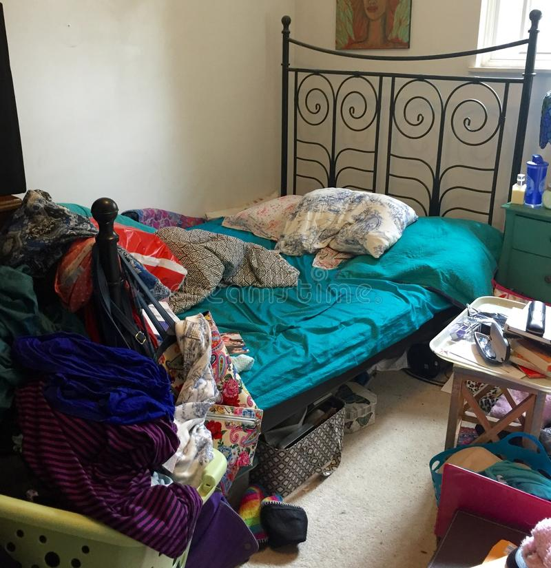 Dormitorio desorganizado llenado de montón imagen de archivo libre de regalías
