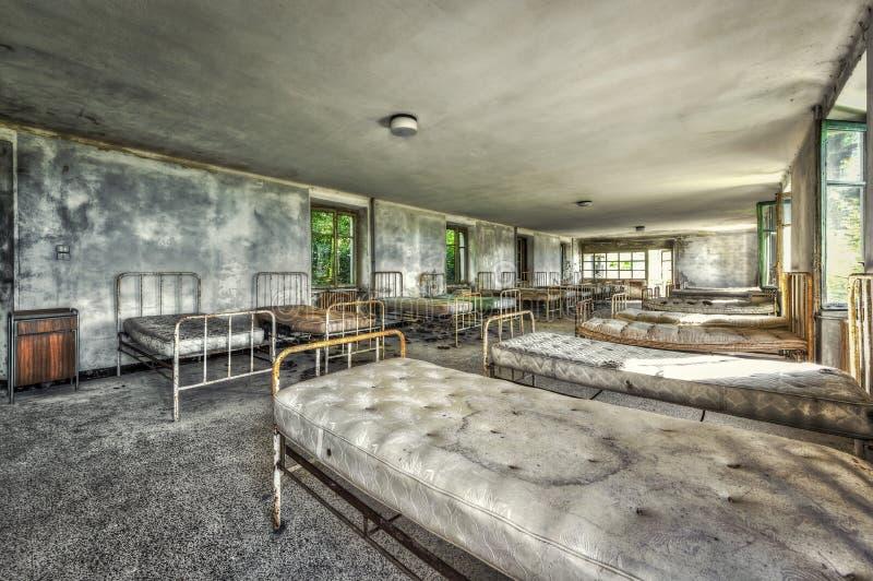 Dormitorio dilapidado en un hospital infantil abandonado imágenes de archivo libres de regalías