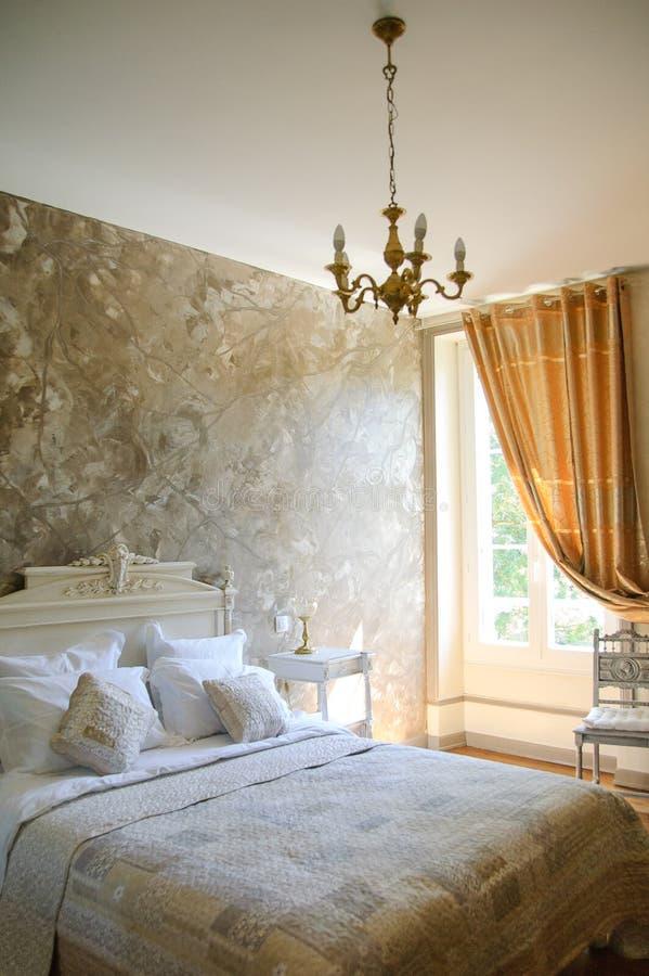 Dormitorio Doble Moderno Con Muebles De Madera Duros, La Cama ...