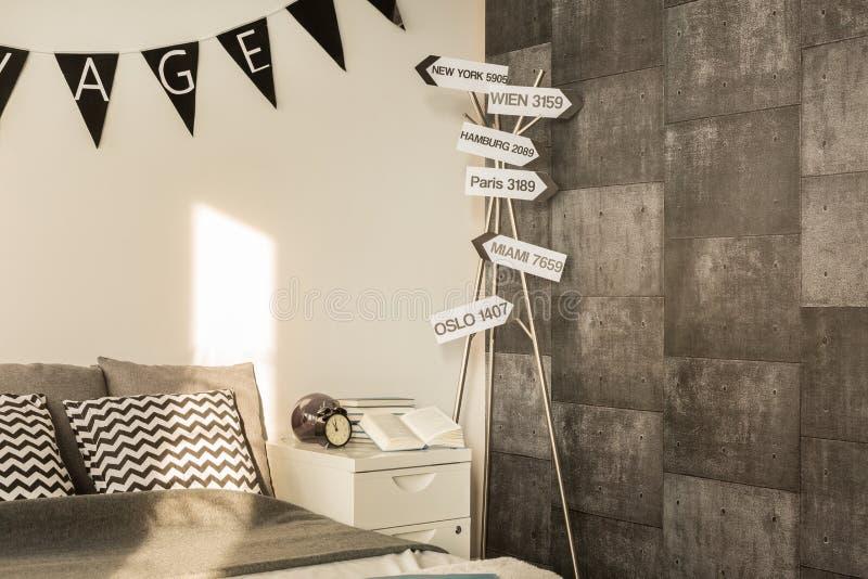 Dormitorio elegante con el papel pintado del cemento foto de archivo