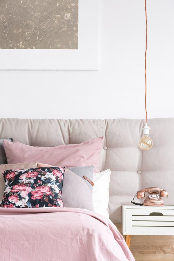 Dormitorio elegante con la almohada floral foto de archivo libre de regalías