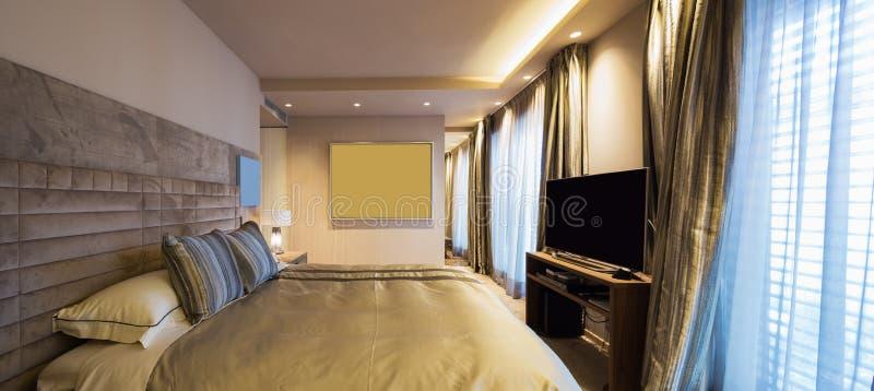 Dormitorio elegante en el apartamento del diseñador fotografía de archivo libre de regalías