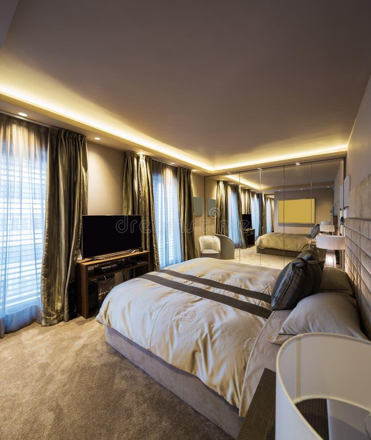 Dormitorio elegante en el apartamento del diseñador fotos de archivo libres de regalías