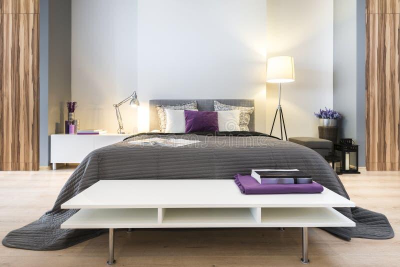 Dormitorio elegante moderno imagen de archivo