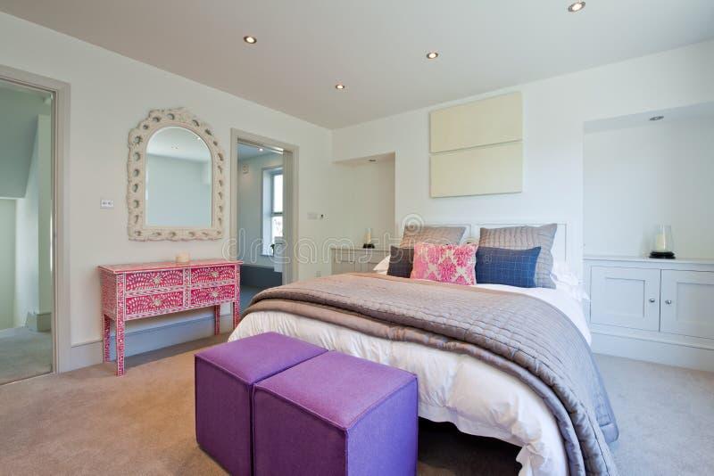 Dormitorio elegante moderno lujoso imagen de archivo libre de regalías