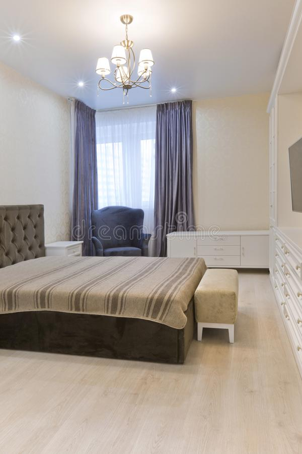 Dormitorio En Colores Claros Con La Cama Oscura Y Las Cortinas ...