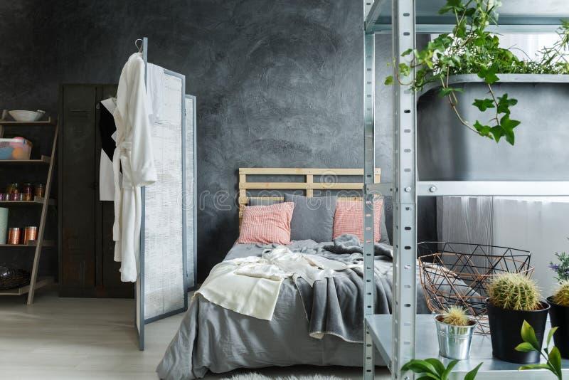 Dormitorio en desván fotos de archivo libres de regalías