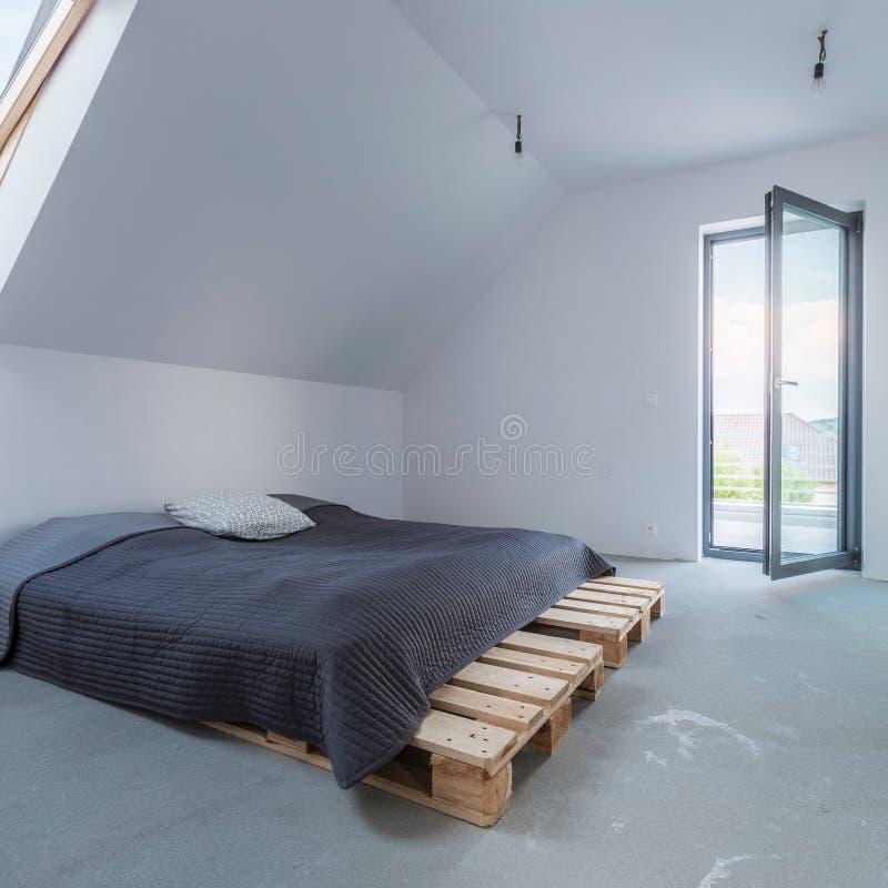 Dormitorio en el ático imagen de archivo libre de regalías