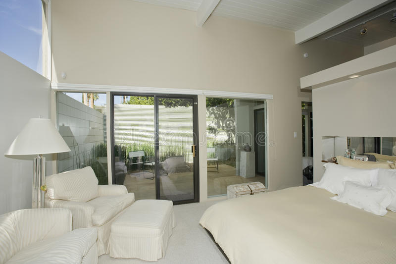 Dormitorio en hogar moderno imagen de archivo libre de regalías