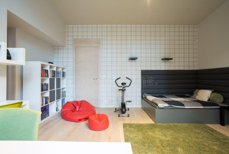Dormitorio en una casa moderna imagen de archivo