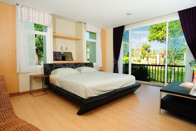 Dormitorio espacioso moderno imagenes de archivo