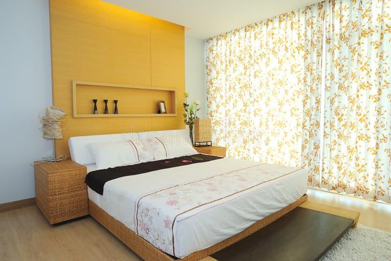 Dormitorio espacioso moderno imágenes de archivo libres de regalías