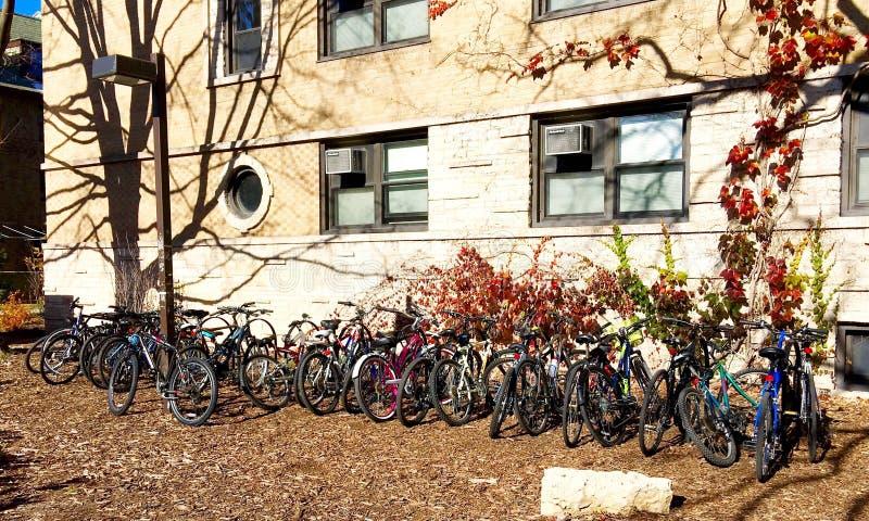 Dormitorio esterno dell'università Northwestern parcheggiato bici immagine stock libera da diritti