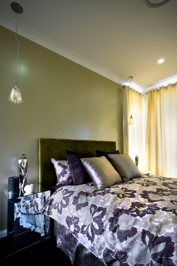 Dormitorio hermoso con las cortinas en la pared y los amortiguadores imágenes de archivo libres de regalías