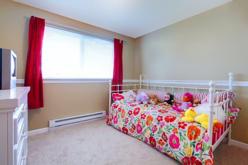 Dormitorio hermoso de la muchacha imagenes de archivo