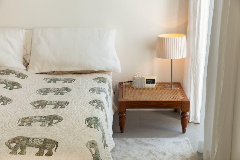 Dormitorio interior, cómodo fotos de archivo
