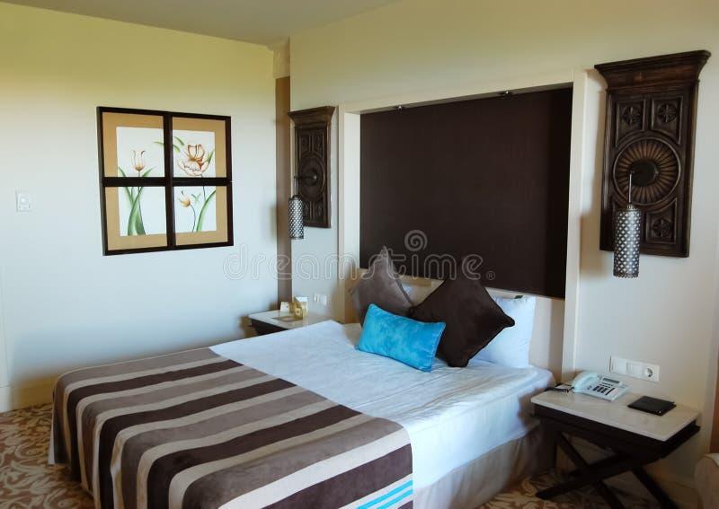 Dormitorio interior en colores marrón-beige en hotel de lujo imagenes de archivo