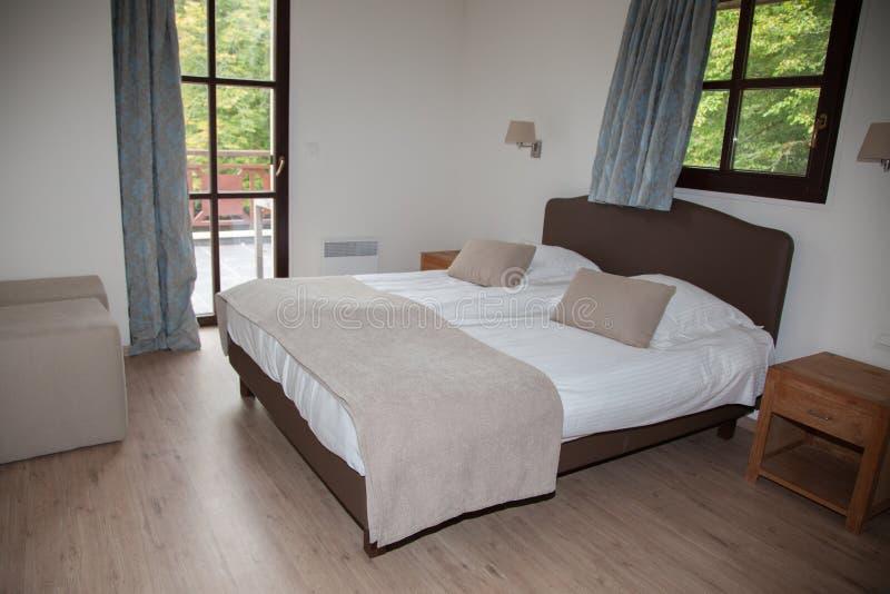 Dormitorio interior en un lado del país fotos de archivo
