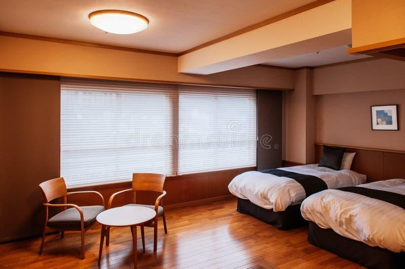 Dormitorio japonés con las puertas deslizantes, tabla de madera del hotel del vintage fotografía de archivo libre de regalías