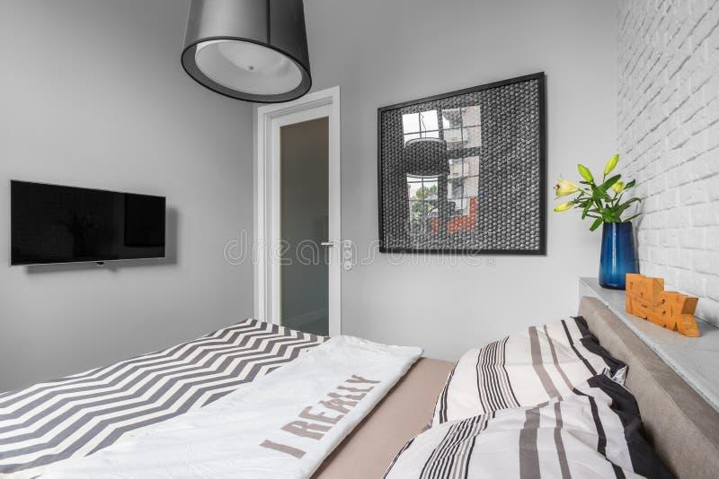 Dormitorio ligero con la cama matrimonial fotos de archivo