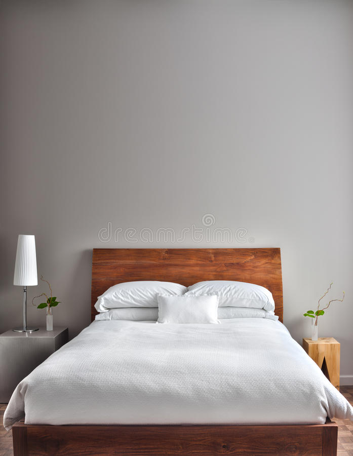 Dormitorio limpio y moderno hermoso fotos de archivo libres de regalías