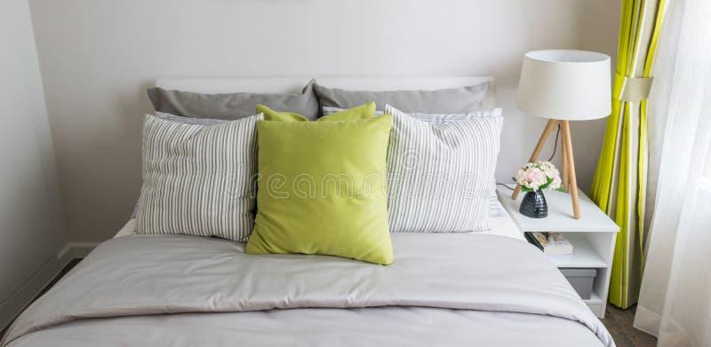 Dormitorio moderno con la almohada verde foto de archivo
