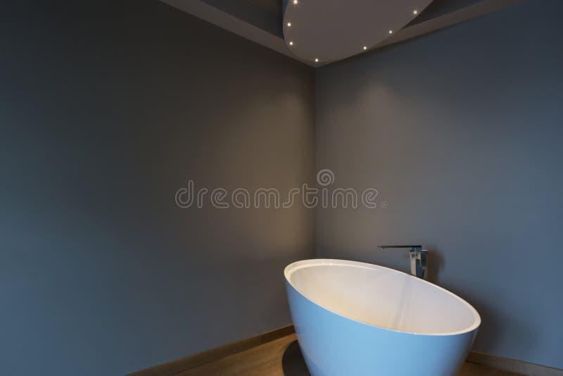 Dormitorio moderno con la bañera, apartamento de lujo fotos de archivo