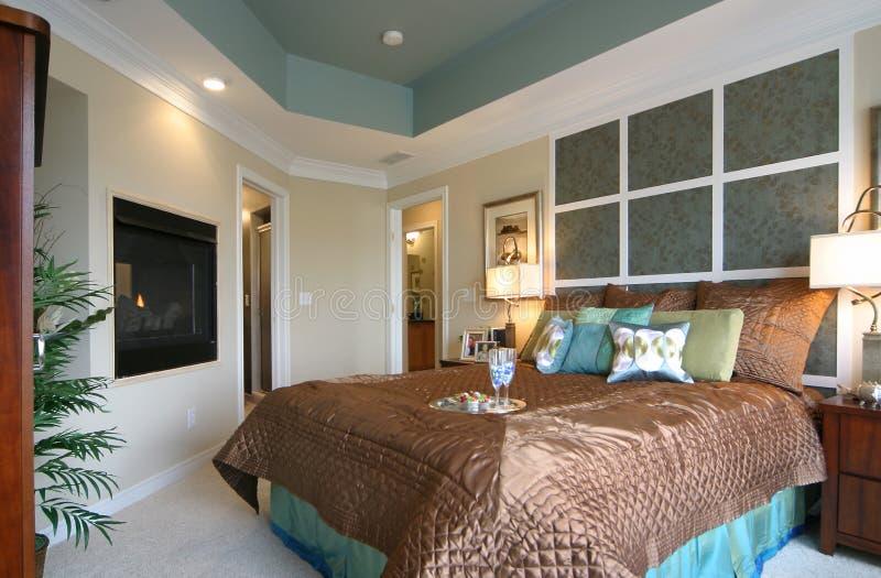 Dormitorio moderno con la chimenea imagenes de archivo
