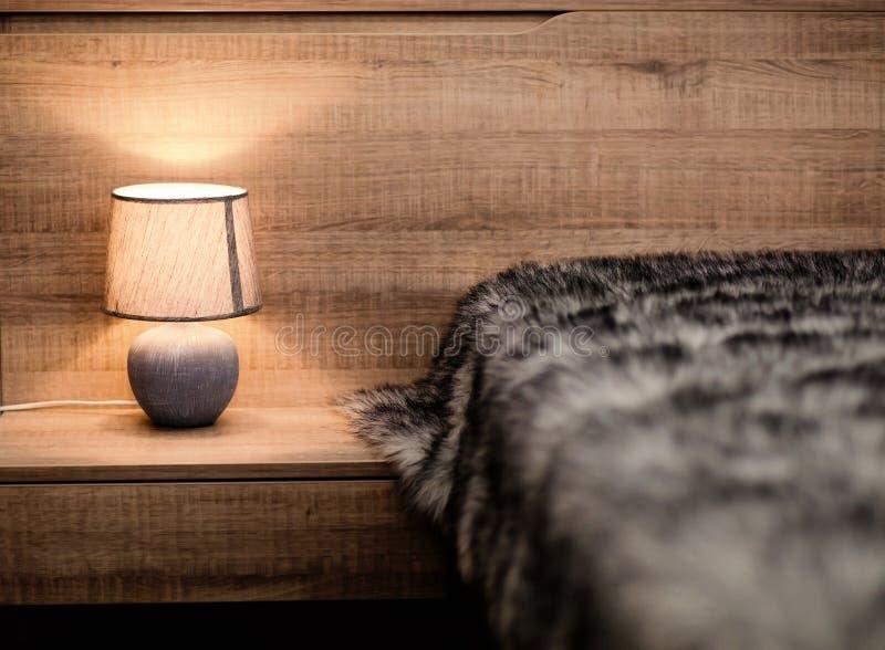 Dormitorio moderno con la manta de la luz y de la piel foto de archivo
