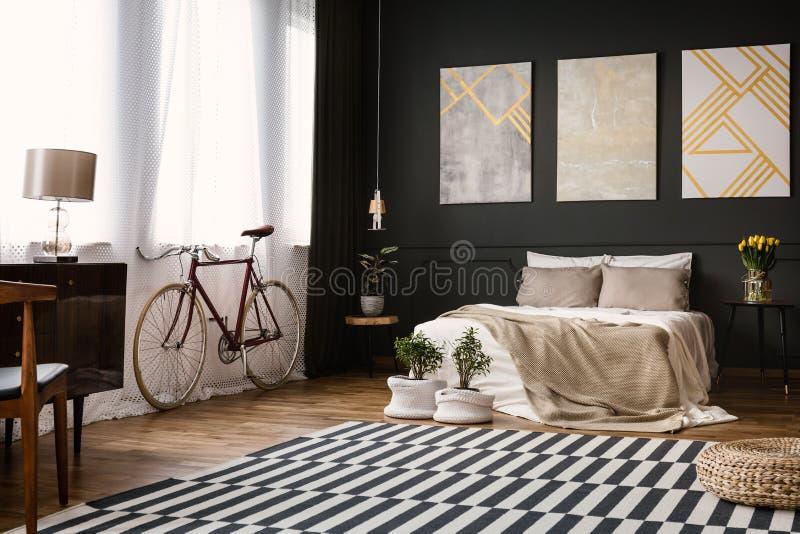 Dormitorio moderno con la pared negra foto de archivo libre de regalías
