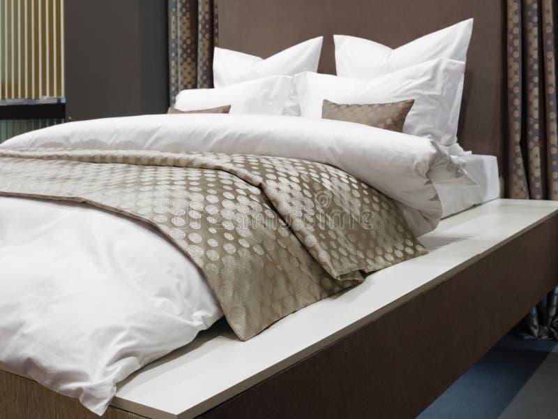 Dormitorio moderno de lujo del estilo japonés, interior de un dormitorio del hotel fotos de archivo
