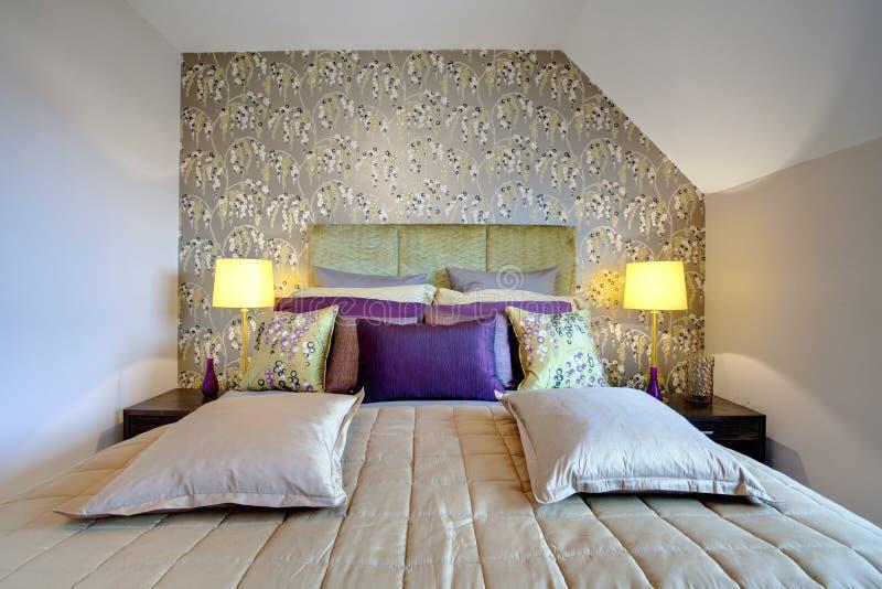 Dormitorio moderno elegante imagen de archivo