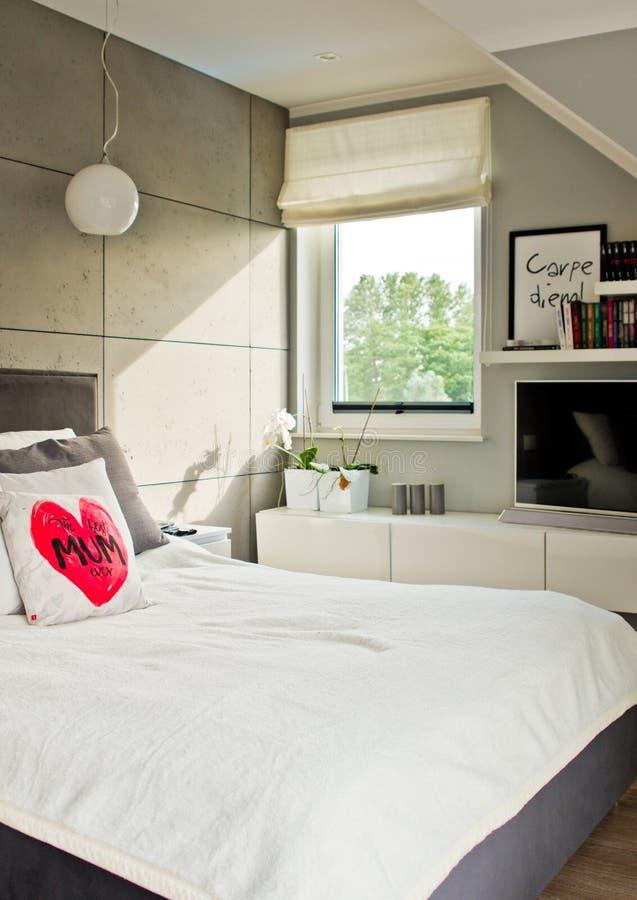 Dormitorio moderno elegante con luz del día natural de la ventana imagen de archivo libre de regalías
