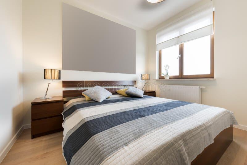 Dormitorio moderno en el acabamiento beige imagen de archivo libre de regalías