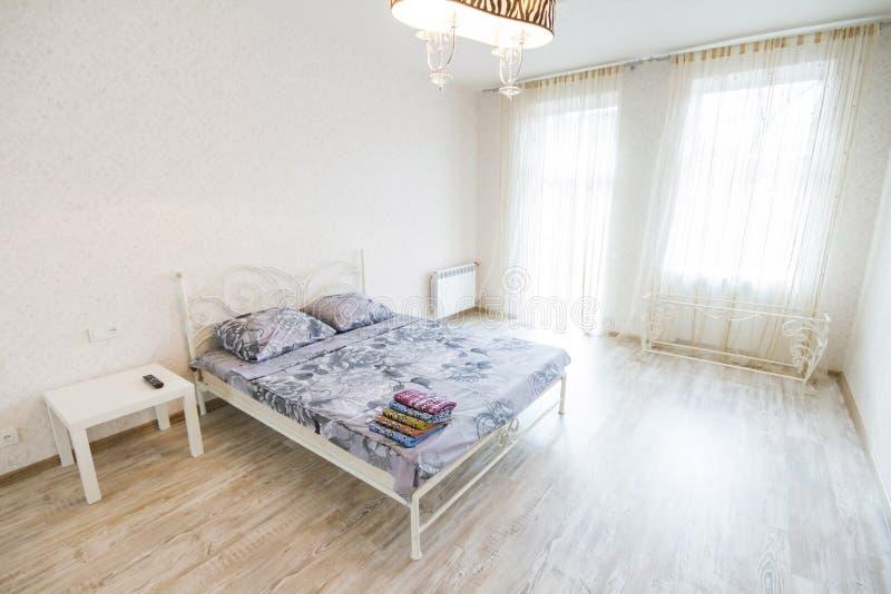 Dormitorio moderno grande del diseño interior fotos de archivo libres de regalías