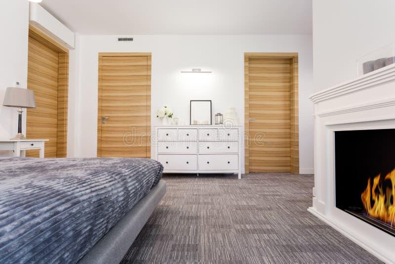 Dormitorio perfecto con una chimenea imágenes de archivo libres de regalías