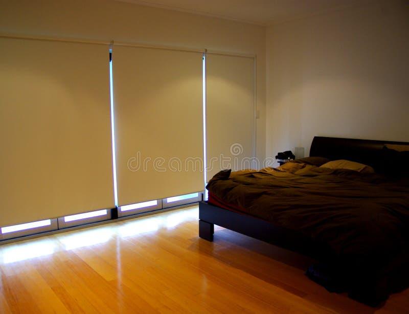 Dormitorio, persianas abajo imagen de archivo