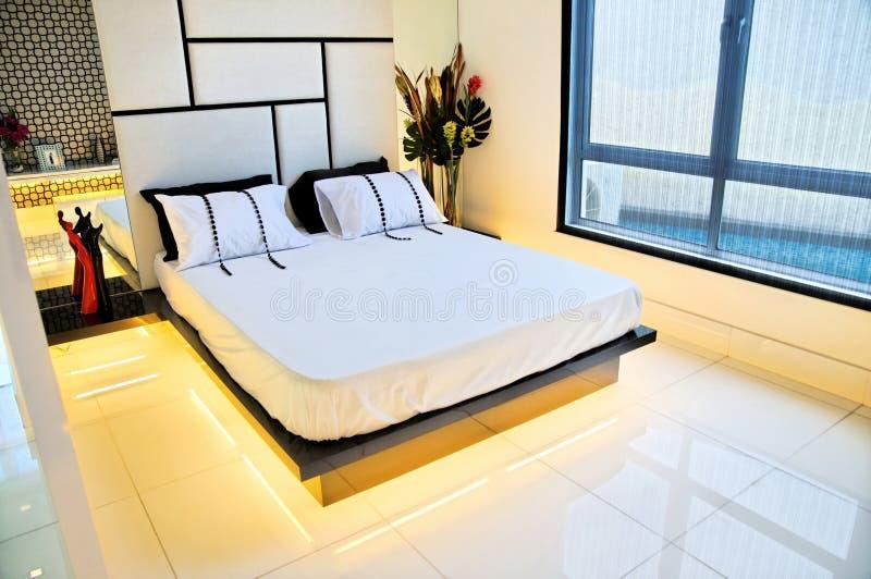 Dormitorio principal espacioso imagen de archivo