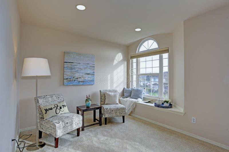 Dormitorio principal llenado luz con el escondrijo de la lectura foto de archivo