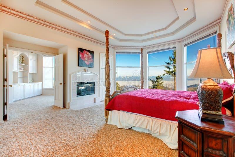 Dormitorio principal lujuriante con la chimenea fotos de archivo
