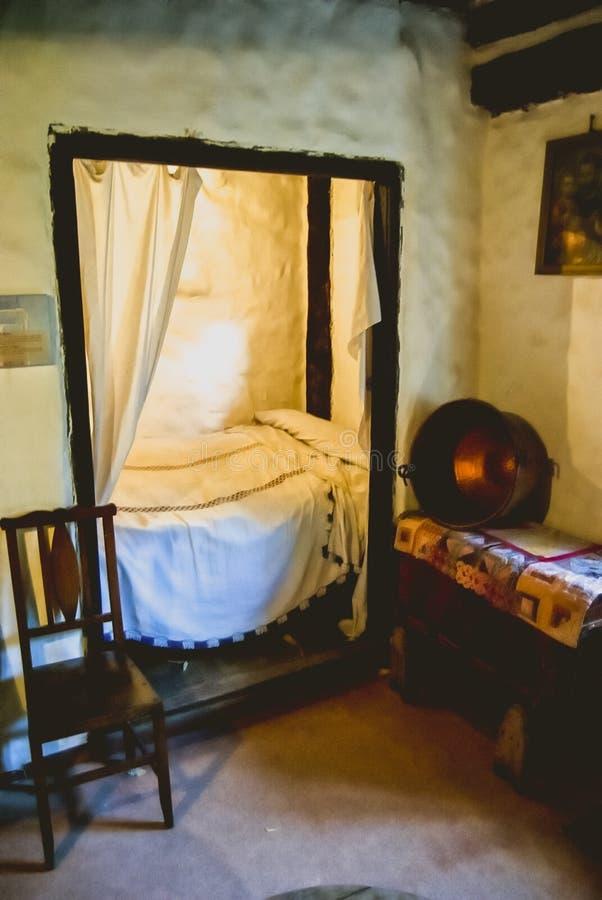 Dormitorio rústico viejo de la casa imagen de archivo