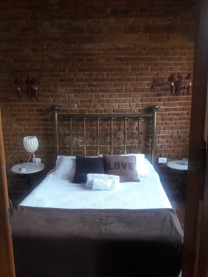 Dormitorio rústico y pintoresco con paredes de ladrillo Montevideo Uruguay fotografía de archivo libre de regalías