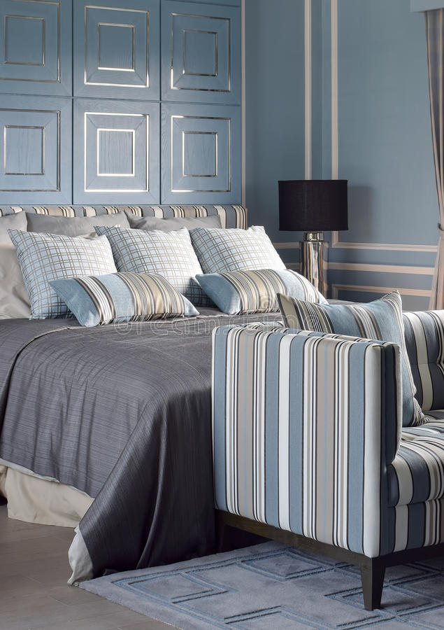 Dormitorio romántico azul claro del estilo con la lámpara y el sofá de lectura foto de archivo libre de regalías