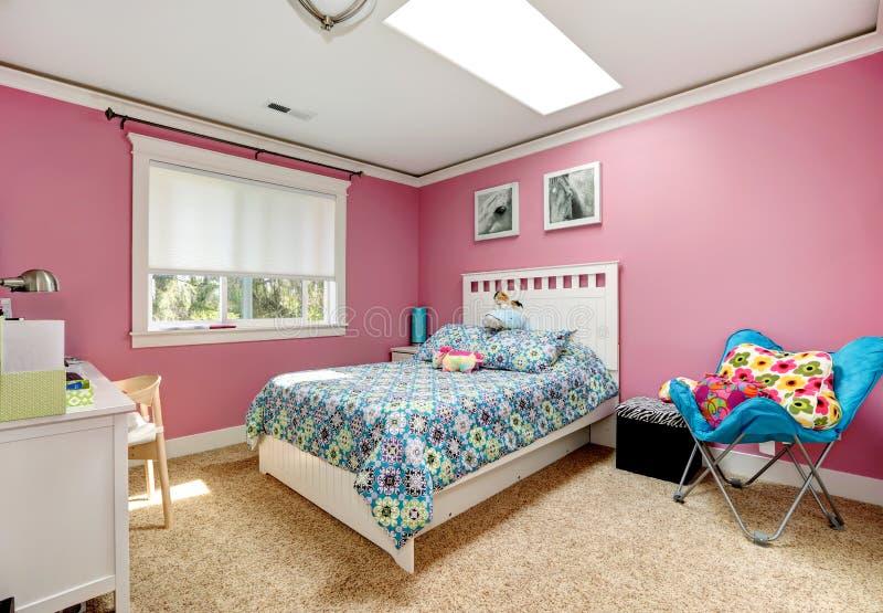 Dormitorio rosado hermoso para las muchachas imagenes de archivo
