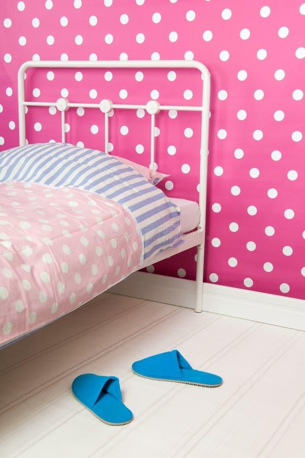 Dormitorio rosado y azul imagenes de archivo