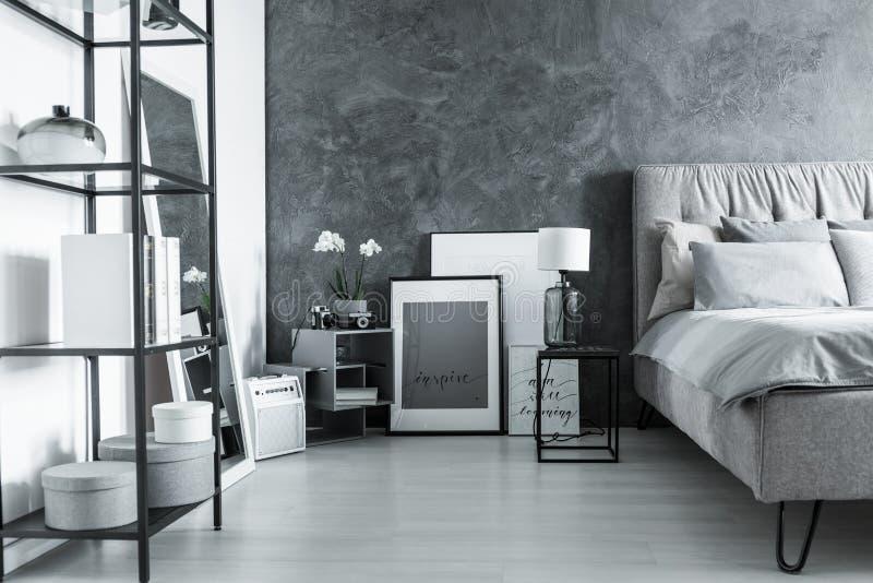 Dormitorio simple con la mesita de noche fotos de archivo libres de regalías
