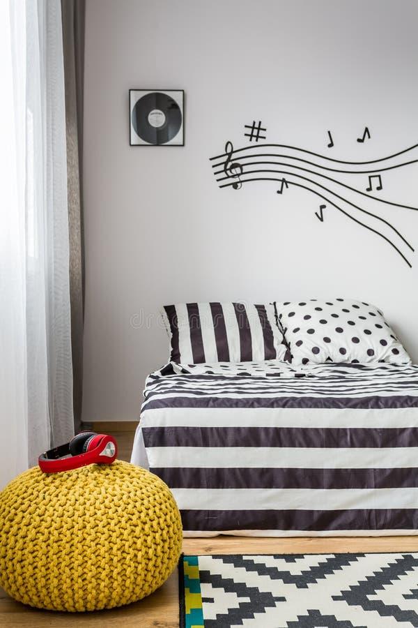 Dormitorio soñador de un amante de la música imagen de archivo libre de regalías
