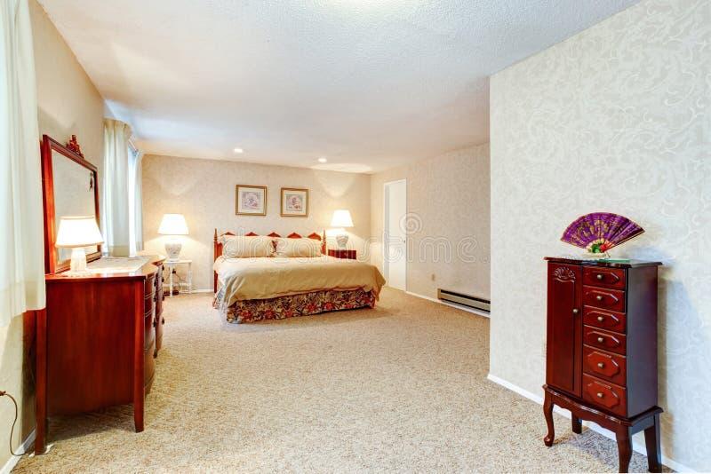Dormitorio suave de los colores con muebles antiguos - Muebles de dormitorio antiguos ...